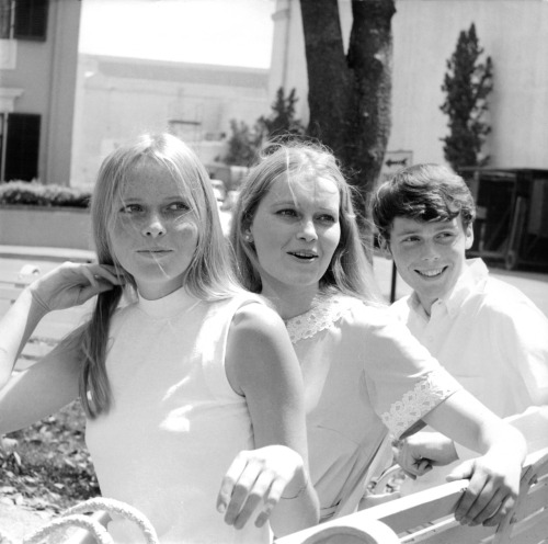 slackseyobrien:  Mia Farrow with her sister Stephanie and brother John