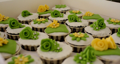 HCC010-2011. Green colour hantaran cupcakes by impiankitchen@gmail.com on Flickr.
