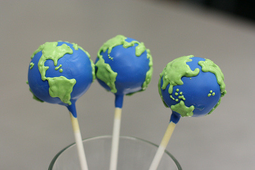 thenommables:  Planet Earth Cake Pops (by Sweet Lauren Cakes)   THESE ARE SO CUTE! WHEN THE FUCK IS EARTH DAY? I NEED TO MAKE THESE.