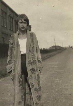 alwaysalwaysalwaysthesea:  lauramcphee:  Girl at the tracks, c1930 (via holdthisphoto)    alwaysalwaysalwaysthesea:lauramcphee:Girl at the tracks, c1930 (via holdthisphoto)