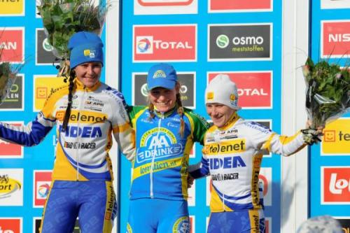 Superprestige Middelkerke 2012: Women's Podium (l-r): Nikki Harris, Daphny Van Den Brand and Pavla Havlikova, Photos | Cyclingnews.com 1.   Daphny van den Brand (Ned) AA Drink-Leontien.nl, 0:39:25   2.   Nikki Harris (GBr) Telenet-Fidea, + 00:08   3.   Pavla Havlikova (Cze) Telenet-Fidea, + 00:13   4.   Arenda Grimberg (Ned) + 01:08   5.   Helen Wyman (GBr) Kona, + 01:28   6.   Nancy Bober (Bel) Style & Concept Cycling Team, + 01:53   7.   Joyce Vanderbeken (Bel) Cycling Team Vermeeren, + 02:06   8.   Nikoline Hansen (Den) Bov CC-Denmark, + 02:21   9.   Amy Dombroski (USA) Crankbrothers, + 02:33   10. Nicole de Bie-Leyten (Bel) Telenet-Fidea, + 03:35  Full results & race report More photos of the rage on Cyclingnews