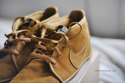 These are the exact golden toki nikes i want ! … Cry for being broke :'(