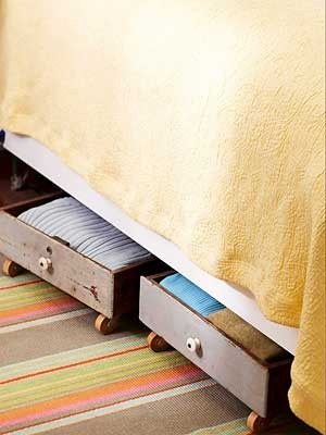 junkdrawerdecor:  This is so cute!! recyclart:  old drawer under the bed ♥ (via Recyclart)