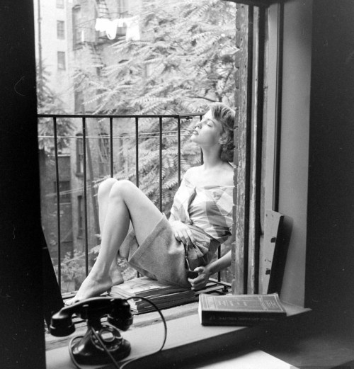 legrandcirque:  Photograph by Nina Leen. New York City, July 1948.