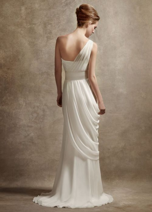 laesposa:  One shoulder gown with asymmetrically draped skirt. I love White by Vera Wang!