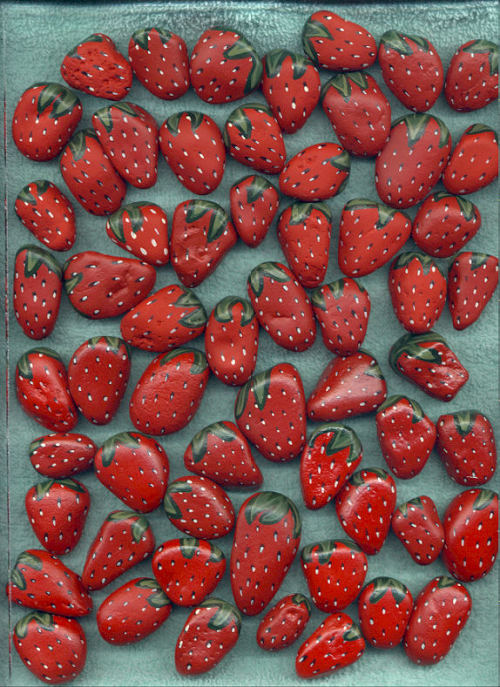 truebluemeandyou:  Painted Rocks: Strawberries. *I liked the photo and there happened to be a tutorial. Rock paintings by Lee Wismer here. Step by Step directions on how to paint strawberries here.