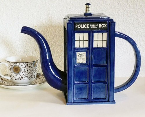 doctorwho:  TARDIS teapot onethousandsinkingships:  I need this. It's so beautiful and perfect.