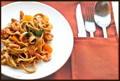 Matcha pasta with shrimps and clementines Recipe