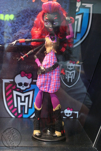 adultfansofmh:  beurredepomme:  she's everything I want in a doll!! I REALLY really hope they Will end up selling her! (not found of her outfit though but that can easilly be changed ;) )  I never really liked her before, but this picture is starting to change my mind…  I can't believe Sarah Screams beat her out. I really can't. I don't even like spiders, I HATE spiders. But she's so much more interesting than Sarah Screams and we don't know a damn thing about her. She just LOOKS more interesting. /opinions.