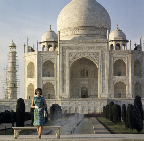 Fifty years ago, Jacqueline Kennedy went on a goodwill trip to India and Pakistan. Here's the First Lady at the Taj Mahal, Agra, India. March 15, 1962.   Photo gallery - Jacqueline Kennedy in India and Pakistan