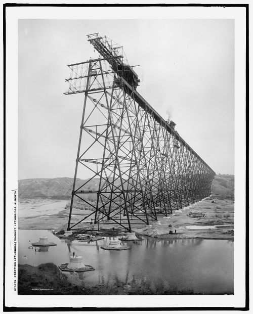 spijkerschrift:  Erecting Lethbridge viaduct, Lethbridge, Alberta between 1907 and 1909.
