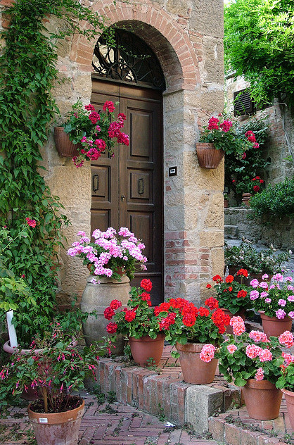 abriendo-puertas:  Flowered Montechiello Door.  Tuscany, Italy.  by Donna Corless.