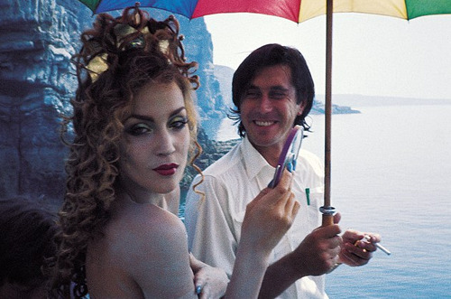 JERRY HALL avec BRIAN FERRY (1975) superseventies:  Jerry Hall and Bryan Ferry on the set of the 'Siren' photoshoot, 1975.