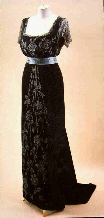 fripperiesandfobs:  Doucet evening dress ca. 1908 From Beverley Birks