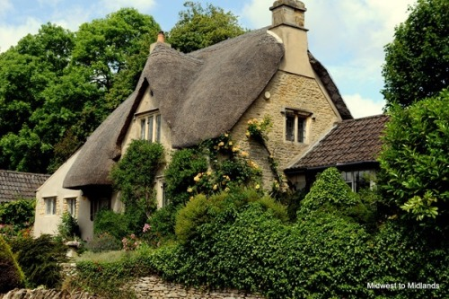 bewitchingbritain:     This home in Broadway, Worcestershire (England) may be the best Cotswolds cottage image I have seen yet. Thatched cat-slide roof, climbing roses, warm honey-coloured stone, gypsy green foliage and a little brick wall THIS IS IT THIS IS THE PERFECT HOUSE!!! (midwesttomidlands.blogspot.com)