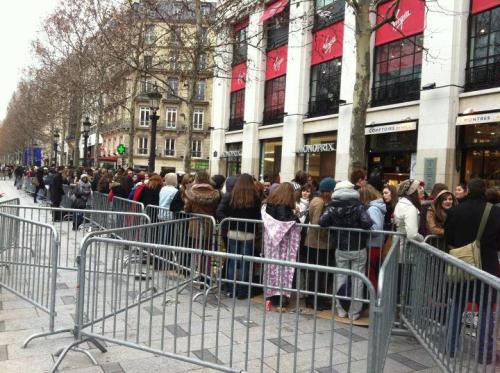 The Directioners to the virgin megastore in Paris. It is there that happens session dedications of One Direction.