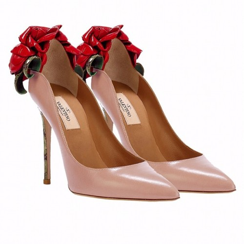 A red roses bouquet for #Valentine's day?! Oh no! #VALENTINO's red rose pumps is what every girl wants! #valentineday #accessories #red #pumps #couture#heels #bonton #valentinogaravani #shoes #roses (Taken with Instagram at Valentino's world)
