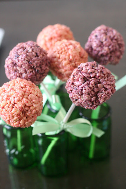 Aren't these wonderful?? What adorable (edible) hydrangeas!  gastrogirl:  strawberry and blueberry rice krispie treats with natural coloring.