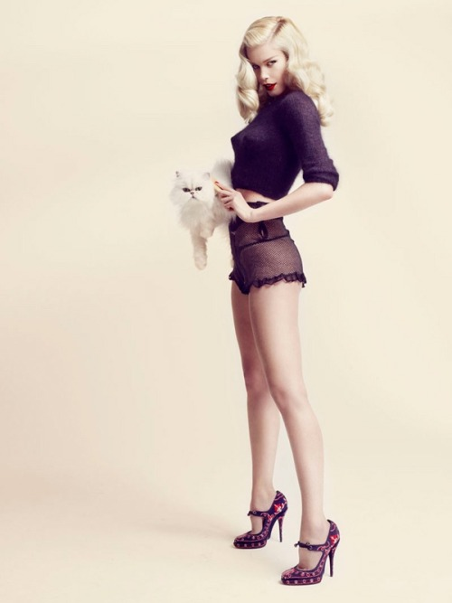 froufroufashionista:  Claudia Schiffer looking like a vintage pin-up