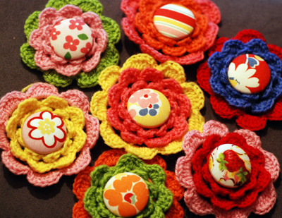 cajunmama:  (via Craftapalooza: crochet button flowers)