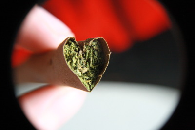 boysandbluntss:  potculture:  I rolled a heart shaped blunt for valentines day I HAVE TO DO THIS NOW   (via imgTumble)