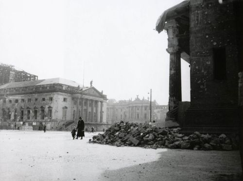 liquidnight:  Henry Ries Am Opernhaus Unter den Linden, rechts die Schinkelsche Neue Wache, 1946 [At the opera house on Unter den Linden, the right of Schinkel's Neue Wache] From Berlin: Photographien 1946-1949