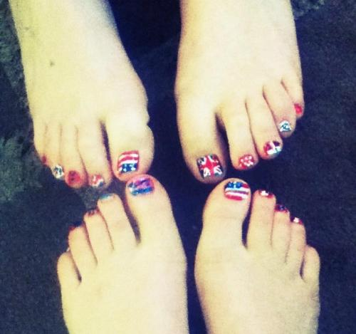 me n holzaa painted our nails! i know.. they look hot ;)