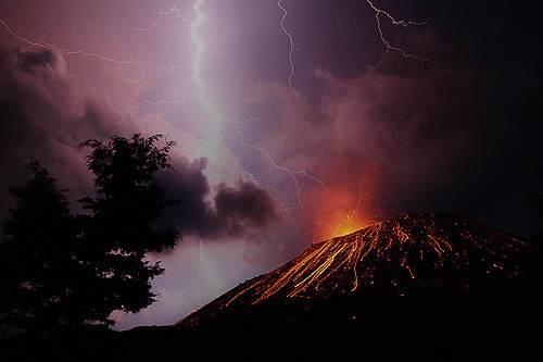 Lightning strike on the volcano (by volcanodiscovery)