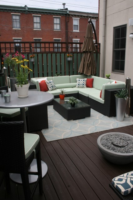 Classy and comfortable outdoor living space on a city apartment balcony (via Busybee Design)