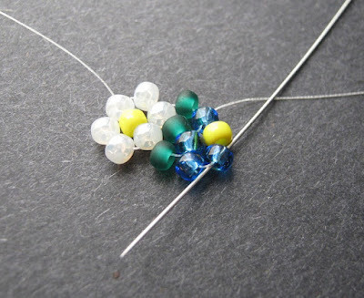 Mortira has made a photo tutorial of daisy Potawatomi chain