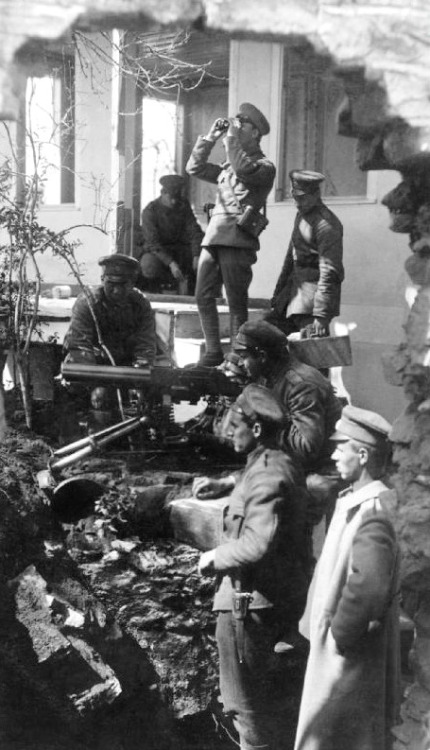 instahlgewittern:  A Bulgarian machine gun team ready for action in the ruins of a house in Macedonia, ca. 1917.