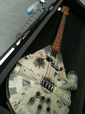 please-please-babylemonade:  Millennium Falcon guitar !