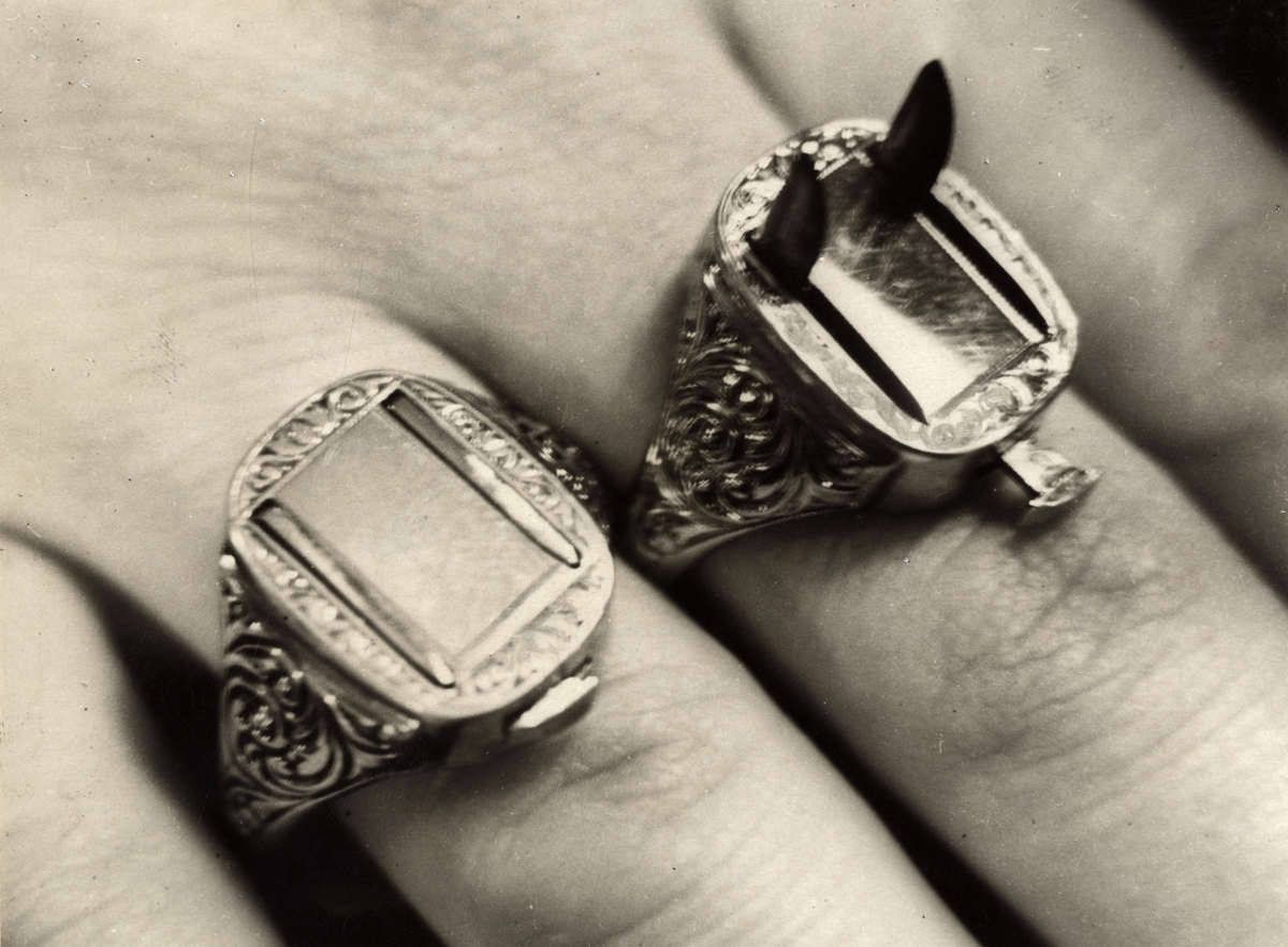 Uuhnf! vladislava:   Criminal Germany, Berlin, 1932. Rings with razor-sharp blades.  For firesandwords