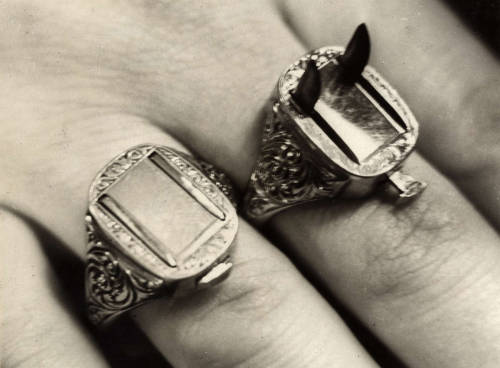 everythingbutharleyquinn:  ovate:  Criminal Germany, Berlin, 1932. Rings with razor-sharp blades..  wh-what? I need these.