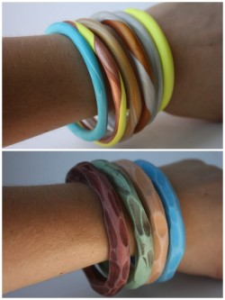 truebluemeandyou:  DIY Polymer Twisted Color Polymer Bangles (top) and Hand Carved Polymer Clay Bracelets (bottom). I love the polymer clay tutorials from Delighted Momma twisted clay bangles here, hand carved bracelets here) because they are so easy and any beginner can follow them. This is my go-to site for simple polymer clay jewelry.
