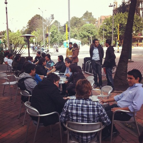 "#bogota  a 30 minutos del cierre ""conectando intelectos (Taken with Instagram at Café Illy)"