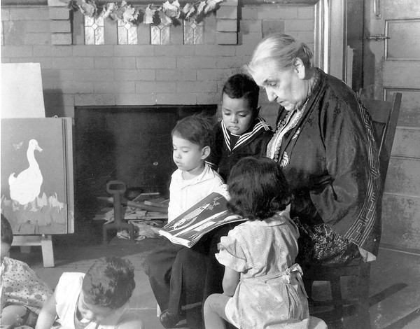 Jane Addams reads to kids.