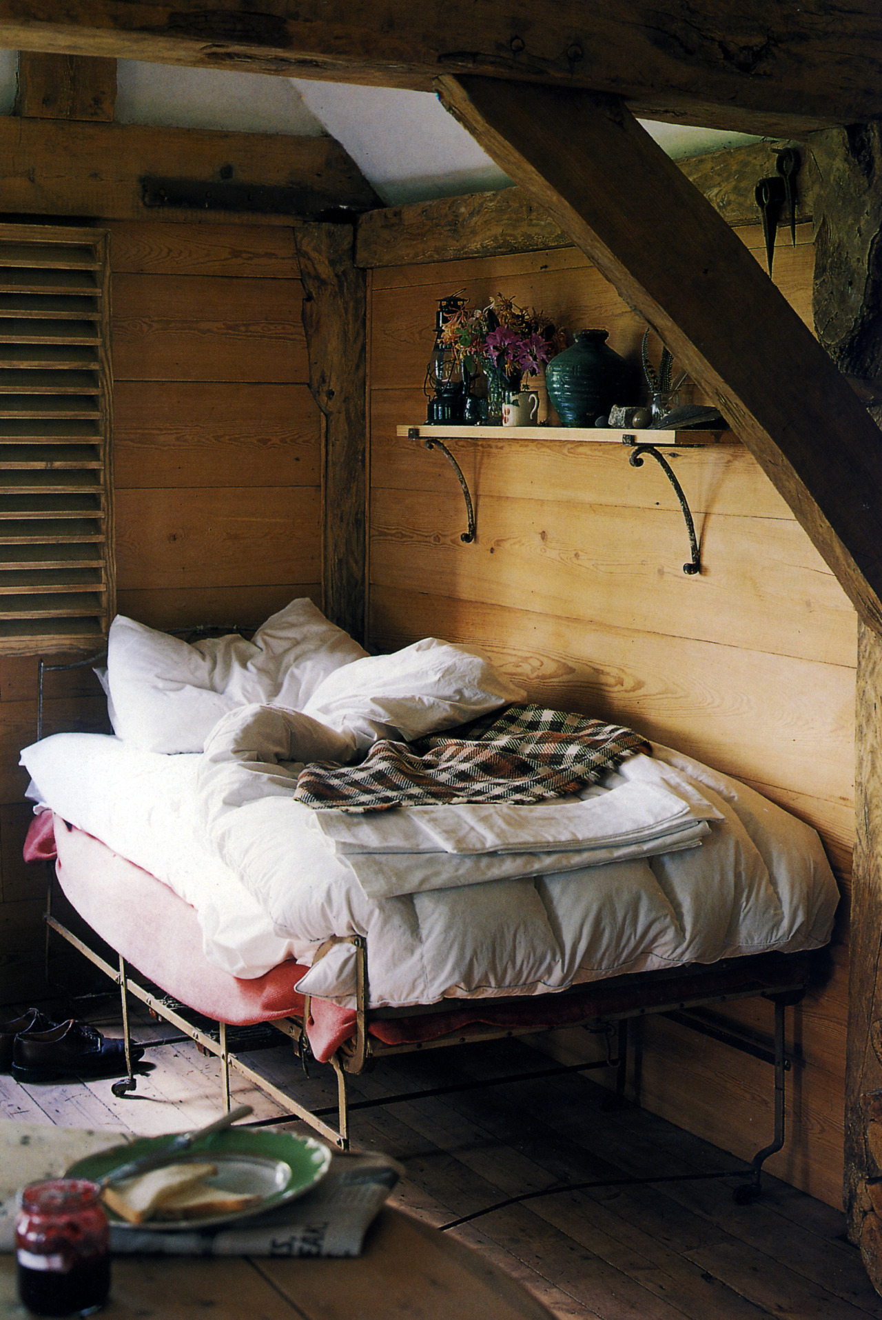 c0ntigo:  Future cabin right here  Adorable cozy bed.