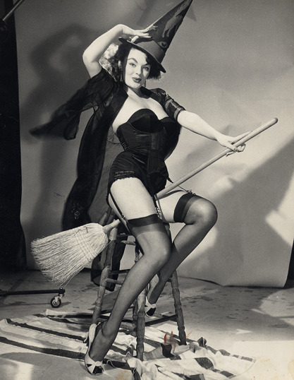 hoodoothatvoodoo:  Modelling for a Gil Elvgren drawing