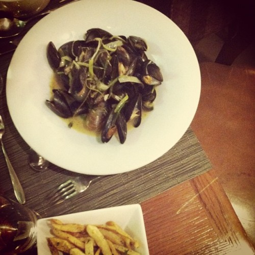 French cuisine in Hong Kong: mussels & fries #food #cuisine #France #hongkong  (Taken with instagram)