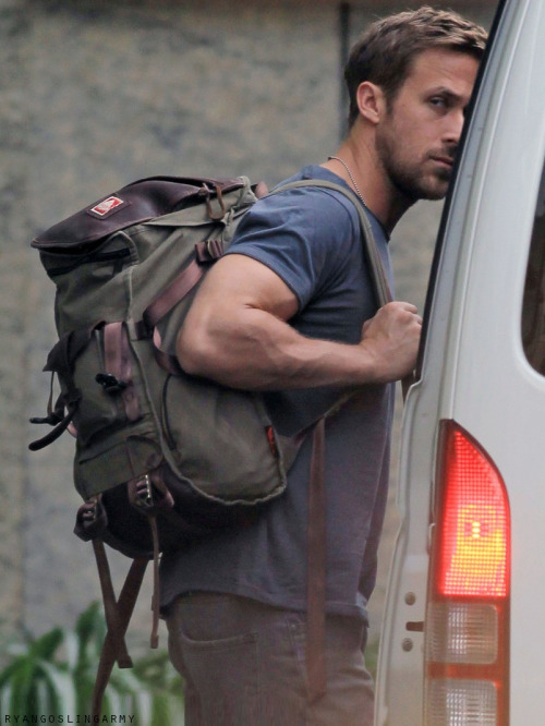 Hiden Ryan ;). Tumblr source: ryangoslingarmy. tags Ryan Gosling Candids