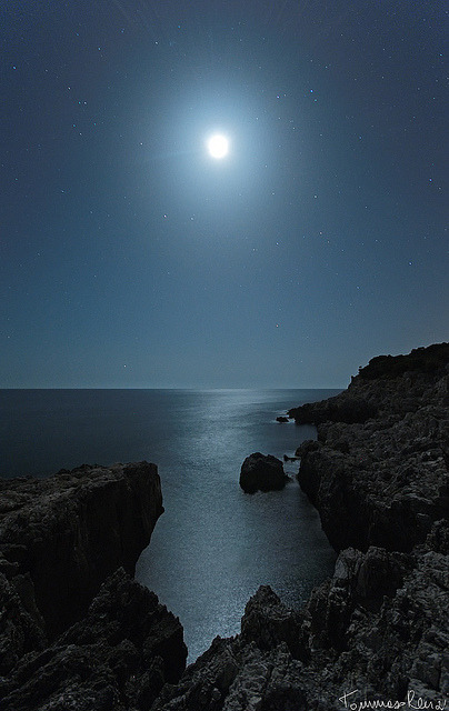 motion-of-the-stars:  Moonlight Cliff by Tommaso Renzi on Flickr.