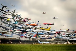 Striking multiple-exposure photo of air traffic by artist Ryu HoYeol.