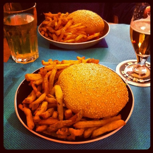 A good Burger with my daughter #hamburger #yummy #Pommesfrites #frenchfries #zooburger (Taken with Instagram at Zoo Burger)