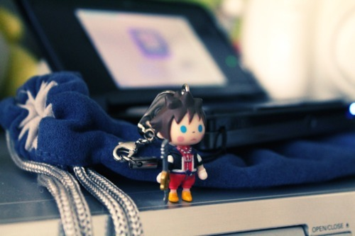 Sora strap on a Nintendo 3DS. Very cute! Preorder: Kingdom Hearts 3D: Dream Drop Distance Find: Nintendo DS/3DS release dates, discounts, & more See also: More Kingdom Hearts 3D [Via Ivan Francia]