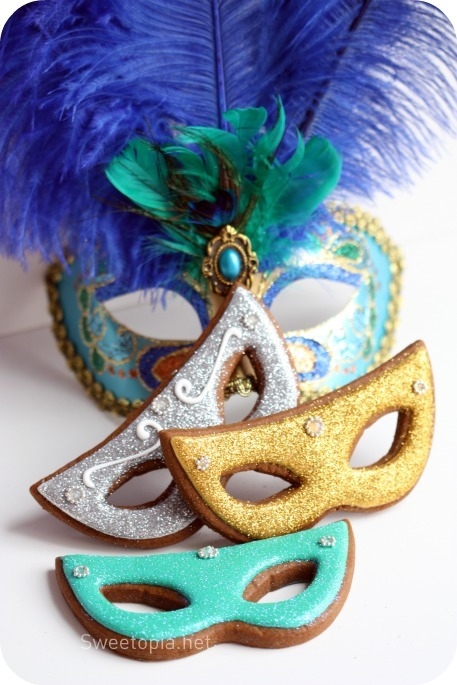 prettylittlepieces:  How to Decorate Mardi Gras Mask Cookies (complete tutorial)