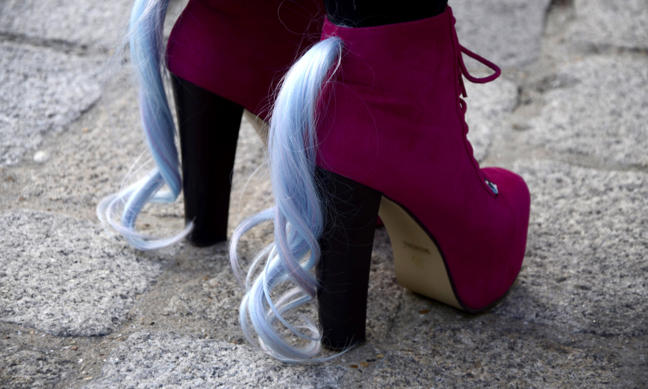pleasecallmelola:  wgsn:  My Little Pony shoes by Dawntroversial. WGSN street shot, London Fashion Week.  Omggg want !