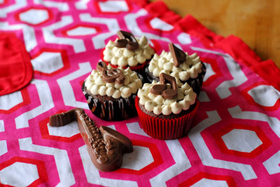 (via A Duck's Oven: Chocolate Oatmeal Stout Cupcakes with Vanilla Porter Frosting)