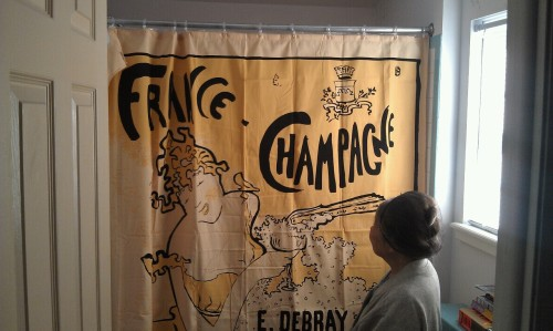 Ma grand mère approves of my new shower curtain :)