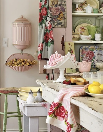 Sweet and charming shabby chic cottage kitchen with vintage accents (via http://pinterest.com/pin/210965563764526883/)